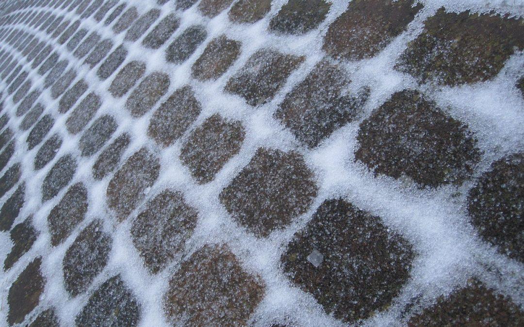 Sicher durch den Winter: Granulat-Lösungen für eisfreien Untergrund
